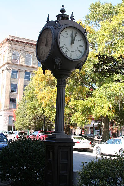 400px-Big_clock_in_downtown_New_Bern,_North_Carolina
