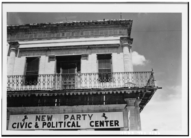 Historic_American_Buildings_Survey,_W._Eugene_George,_Jr.,_Photographer_September,_1961_DETAIL_OF_BALCONY_AND_BRICKWORK,_MAIN_STREET,_SOUTH_FACADE._-_Silverio_De_La_Pena_HABS_TEX,214-RIGCI,4-4.tif