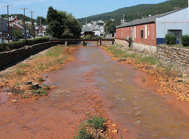 Shamokin_Creek_looking_downstream_in_Shamokin,_Pennsylvania