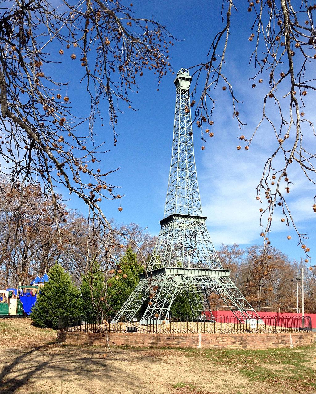 Eiffel_Tower_in_Paris,_Tennessee,_November_30,_2013